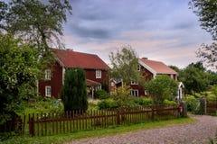 Azienda agricola svedese con le costruzioni di legno rosse tipiche Immagini Stock