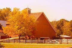 Azienda lattiera e granai americani nella stagione di autunno Fotografie Stock