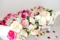 ?azienka jest w lekkim pokoju dekoruj?cym z kwiatami i p?atkami r??e zdjęcie royalty free