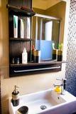 Łazienka z lustrem i washbasin zdjęcie royalty free