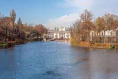 Azienki real del  de Å, vista del palacio en el agua Imagen de archivo