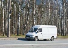 Azionamenti in bianco del furgone vicino Immagini Stock
