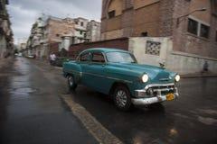Azionamenti classici dell'automobile 50s in Centro Havana Cuba Immagini Stock Libere da Diritti