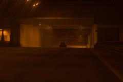Azionamenti dell'automobile tramite il tunnel Fotografia Stock