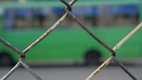 Azionamenti verdi del microbus sul sentiero forestale sfuocato archivi video