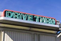 Azionamento al neon attraverso il segno ad un fast food I immagini stock