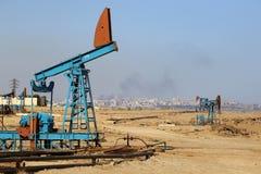 Azionamento al suolo di una pompa della pollone-barretta durante il funzionamento del pozzo di petrolio fotografia stock