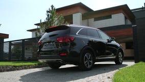 Azionamento automatico moderno alla casa di lusso Jeep del nero del primo piano che entra in garage di lusso stock footage