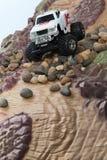 Azionamento bianco del camion attraverso le rocce immagine stock