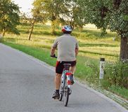 Azionamento del ciclista sulla collina fotografia stock