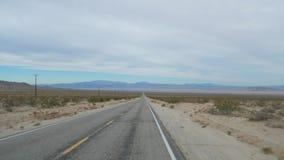 Azionamento del colpo su una strada vuota in valle del deserto, movimento lento 4K video d archivio