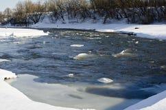 Azionamento del ghiaccio sul piccolo fiume Fotografia Stock Libera da Diritti