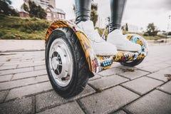 Azionamento del hyroscooter di Electriic Hoverboard d'equilibratura di auto della persona Fotografia Stock Libera da Diritti