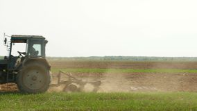 Azionamento del trattore nel campo stock footage