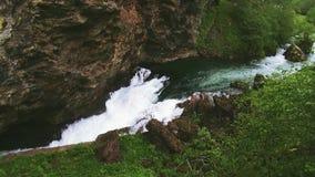 Azionamento del treno sulla strada in montagne Colline Lotto di pianta Il fiume scorre fra le montagne Acqua libera video d archivio