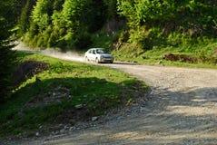 Azionamento dell'automobile nelle montagne immagini stock libere da diritti
