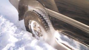 Azionamento dell'automobile sulla strada del ghiaccio sopra il lago video d archivio