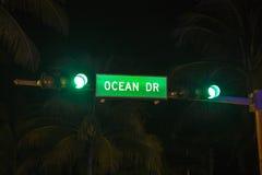 Azionamento dell'oceano del segnale stradale Fotografia Stock Libera da Diritti