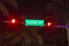 Azionamento dell'oceano del segnale stradale Fotografie Stock Libere da Diritti