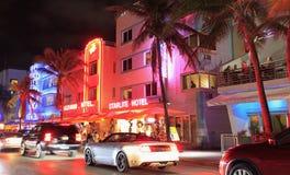 Azionamento dell'oceano illuminato alla notte in Miami Beach Fotografie Stock Libere da Diritti