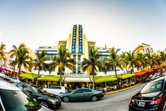 Azionamento dell'oceano a Miami con Art Deco Style Breakwater Hotel famoso Fotografie Stock Libere da Diritti