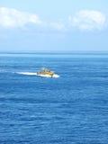 Azionamento della barca di velocità attraverso acqua blu Fotografia Stock