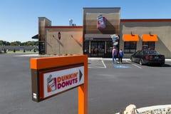 Azionamento della ciambella di Dunkin nel segno Immagini Stock
