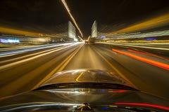 Azionamento della città di notte in macchina Fotografia Stock