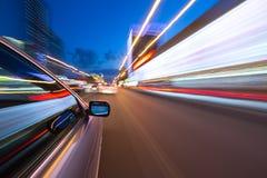 Azionamento della città di notte in macchina Immagine Stock