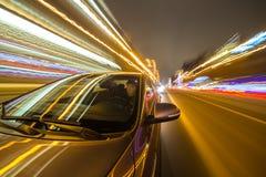 Azionamento della città di notte in macchina Immagini Stock