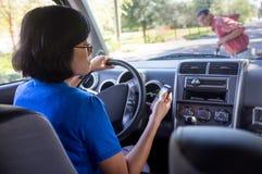 Azionamento della donna ed incidente di Texting Fotografie Stock Libere da Diritti