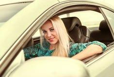 Azionamento della giovane donna un'automobile Immagini Stock Libere da Diritti