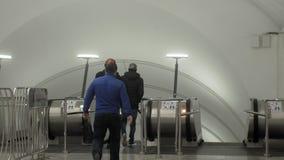 Azionamento delle scale, metropolitana, aeroporto, centro commerciale video d archivio