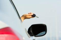 Azionamento di chiavi dell'automobile Immagini Stock