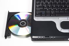 Azionamento di DVD sul computer portatile Fotografia Stock