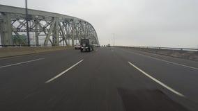 azionamento di 4K UltraHD A POV su una superstrada occupata sopra un grande ponte archivi video