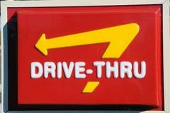 Azionamento di McDonalds attraverso il segno Fotografie Stock