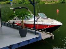 Azionamento di Motorboot al fiume di Mosella a Coblenza immagini stock libere da diritti