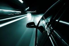 Azionamento di notte con l'automobile nel movimento fotografia stock