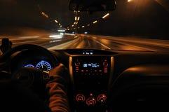 Azionamento di notte dalla vista dell'automobile fotografia stock libera da diritti