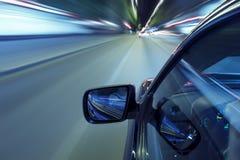 Azionamento di notte di velocità dell'automobile Fotografia Stock