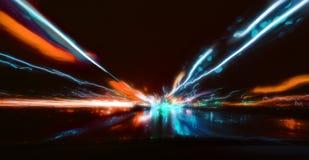 Azionamento di notte Foto lunga di esposizione Prospettiva variopinta delle luci notturne della città vaga dall'alta velocità del Immagine Stock