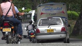 Azionamento di traffico delle automobili e di bus dei motocicli Fotografia Stock
