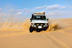 Azionamento di veicoli fuori strada nel deserto della sabbia del Sahara Fotografia Stock