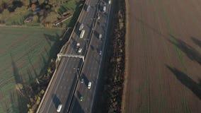 Azionamento di veicoli lungo un'autostrada stock footage