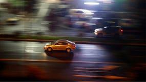 Azionamento di veicoli nella citt? fotografia stock