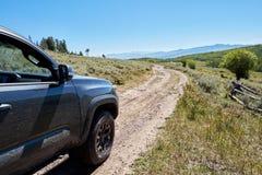 Azionamento di veicolo 4WD su una pista di sporcizia irregolare Fotografie Stock