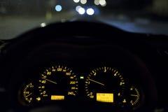Azionamento 50km/h di notte Immagine Stock