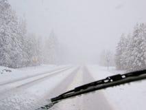 Azionamento pericoloso durante la bufera di neve sulla strada principale rurale Immagini Stock