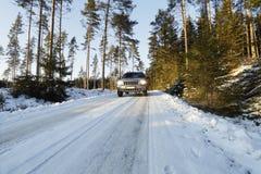 Azionamento pericoloso sulle strade nevose Fotografia Stock